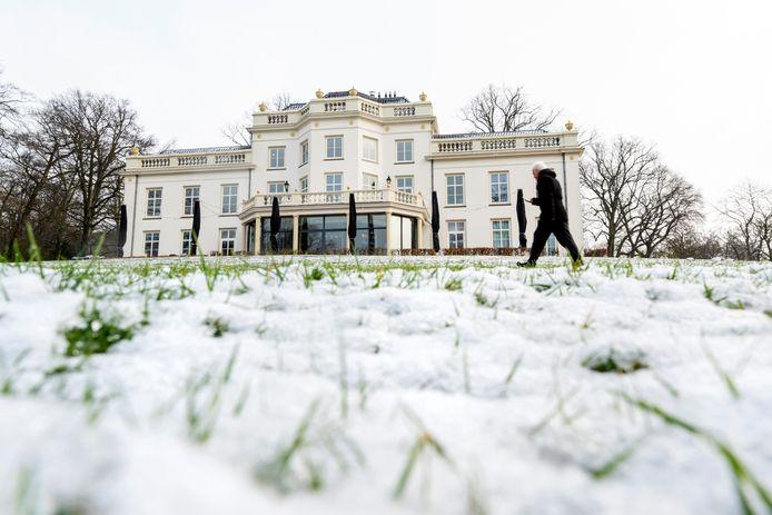 De Witte Villa in het Sonsbeekpark steekt beige af bij alle sneeuw