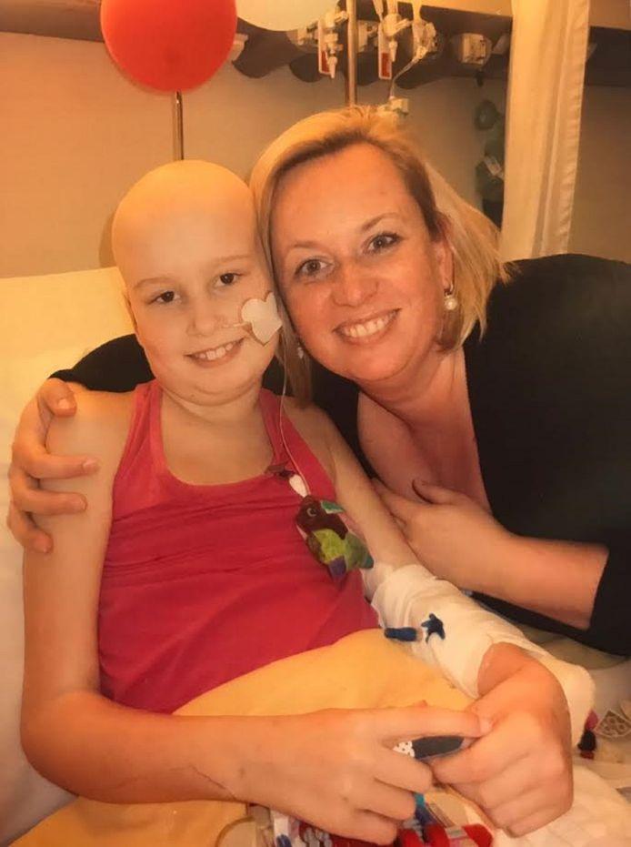Britt en haar moeder Marga in het ziekenhuis.