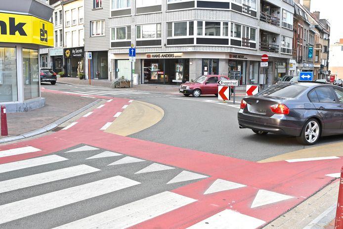 In de bocht van de Grote Markt naar de Bruggestraat in Menen stoof de jonge automobilist met gierende banden door.