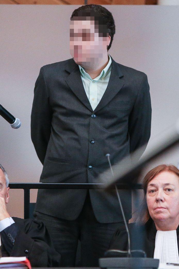 Beschuldigde Jonny Van Den Broeck houdt zich sinds de ontdekking van het lijk van den domme.