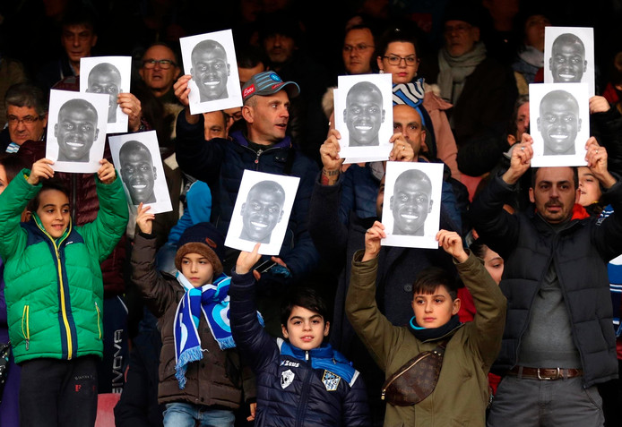 Fans van Napoli houden foto's omhoog van Kalidou Koulibaly, die vorige maand racistisch werd bejegend door supporters van Inter.