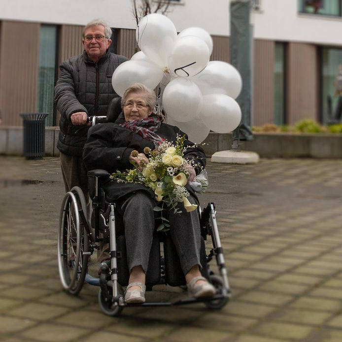 Ballonnen en bloemen fleuren het bezoek op van Henk aan zijn Margje, met wie hij zestig jaar is getrouwd.