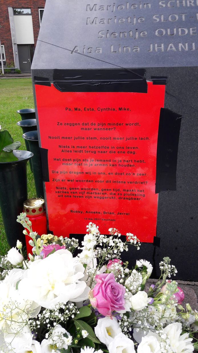 Een hartverscheurend In Memoriam op het monument voor de slachtoffers van de Vuurwerkramp. Vijf leden van de familie Ransing kwamen om het leven; voor de nabestaanden werd het leven nooit meer hetzelfde.