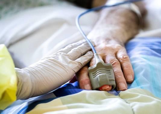 Een coronapatient op de intensive care. Ziekenhuizen breidden het aantal bedden op de IC-afdeling aan het begin van de coronacrisis uit.