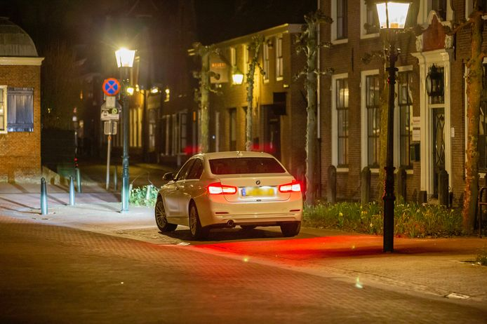 De BMW waarvan de motor urenlang bleef draaien. De wagen stond geparkeerd aan de Rijksstraatweg.