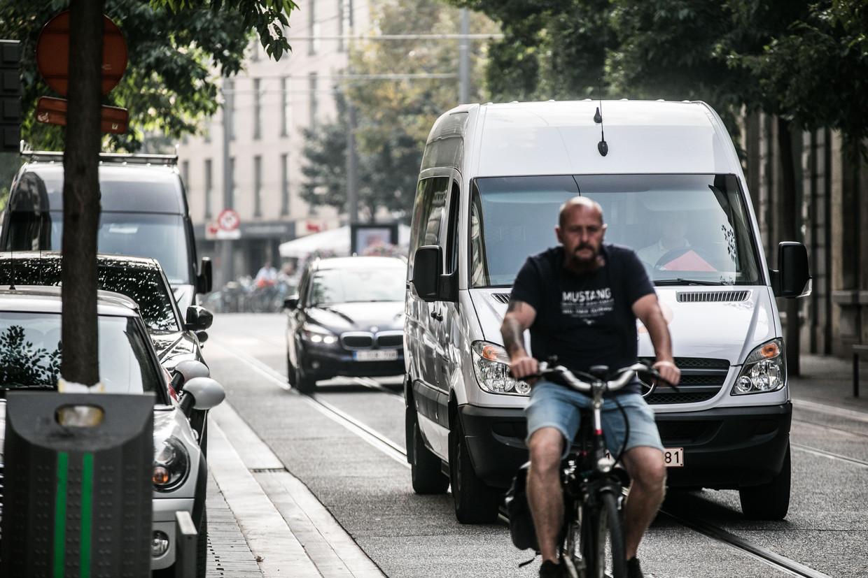 Een fietser op weg in Antwerpen. Beeld Bas Bogaerts