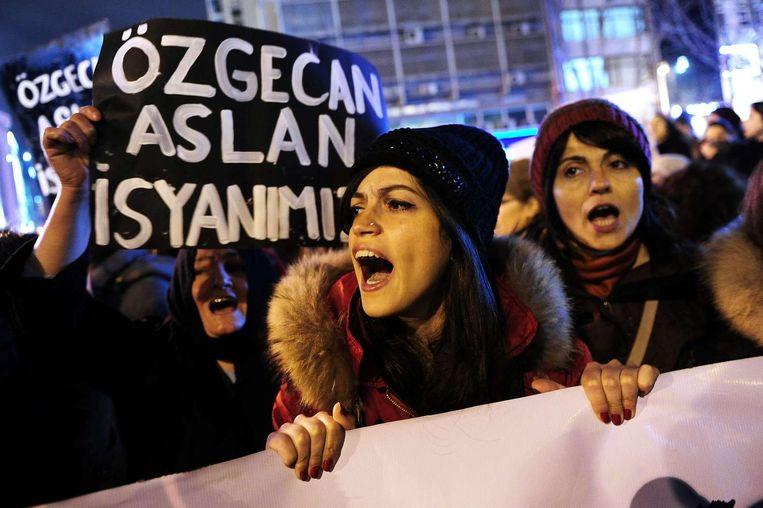 Turkse vrouwen in Istanboel demonstreren tegen de moord op de studente Özgecan Aslan. Beeld afp