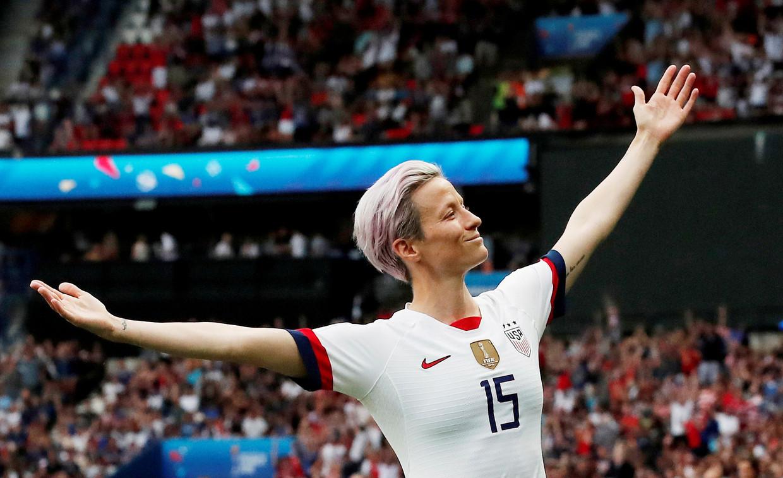 Megan Rapinoe: 'Het is niet zo dat ik de ene keer voetballer ben, de andere keer vrouw en dan weer lesbische vrouw. Zelfs praten over het WK is voor mij meer dan praten over voetbal.' Beeld REUTERS