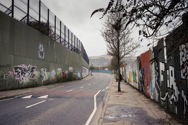 Een deel van de 'Peace Wall' in Belfast, die overwegend unionistische wijken van nationalistische buurten scheidt.  Beeld Carlotta Cardana