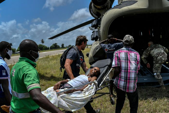 Reddingswerkers droegen ook zaterdag al een overlevende naar een helikopter van het Amerikaanse leger in Les Cayes in Haïti.