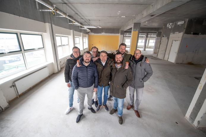 De mannen van de organisatie van VRIJ op de plek van de volgende borrel, met v.l.n.r: Bart Nijhuis, Rob Temmink, Rob van Dijk, Robert van Stralen, Steven Peters, Eric van Oosterbaan en Mark Bonnema.