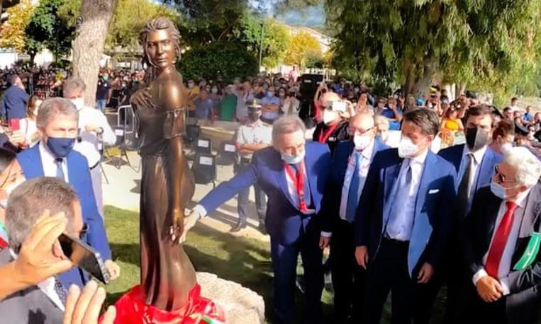 Het bronzen beeld werd afgelopen weekend door de voormalige premier van Italië, Giuseppe Conte, onthuld. Beeld www.italia2tv.it