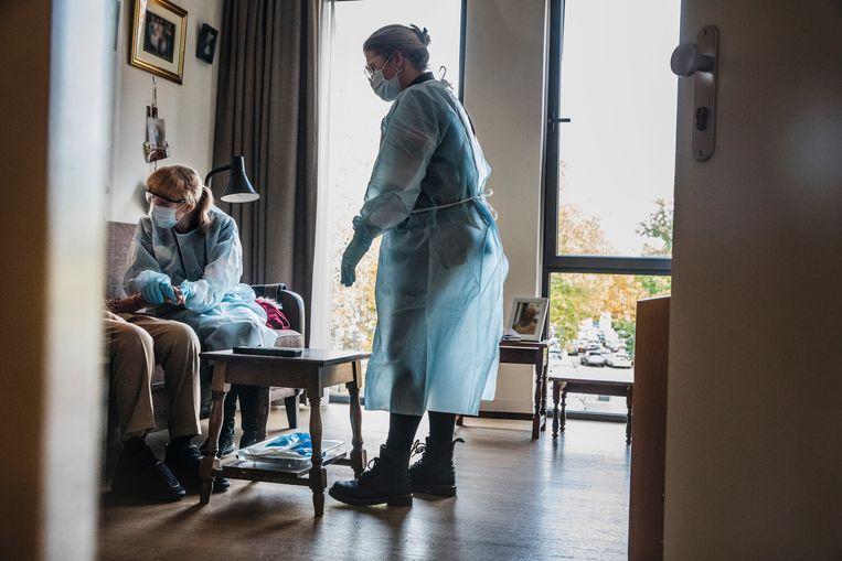 Zorgmedewerkers van een verpleeghuis. Beeld Aurelie Geurts