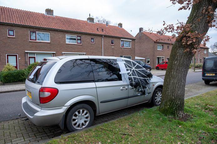 Sinds half december staat deze Britse Chrysler Voyager al langs de Looweg geparkeerd. Als de eigenaar zich niet meldt, wordt het voertuig op 31 januari afgesleept.
