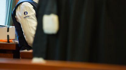 Coke in de oven en revolver op de koffietafel: vader van 6- en 7-jarige riskeert 20 maanden