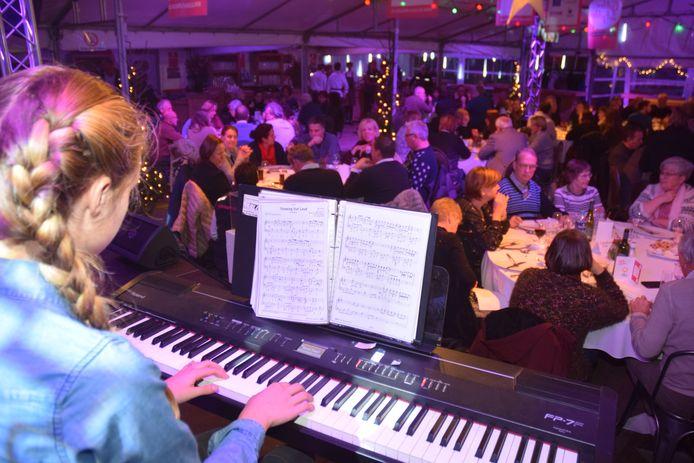 Leerlingen van Factorium omlijsten het Benefietdiner van het Helden Event muzikaal.