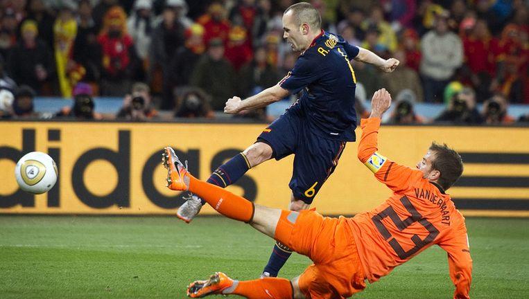 Rafael van der Vaart (R) in duel met Andrés Iniesta van Spanje. © anp Beeld