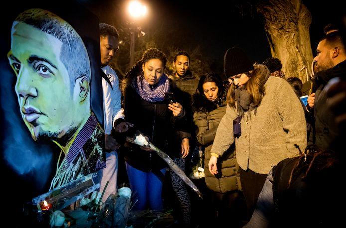 Belangstellenden leggen bloemen tijdens een herdenking voor de omgekomen rapper.