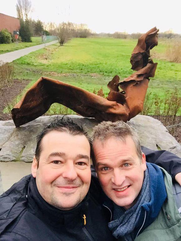 Pieter Janssens en Arnout Hauben aan het monument.