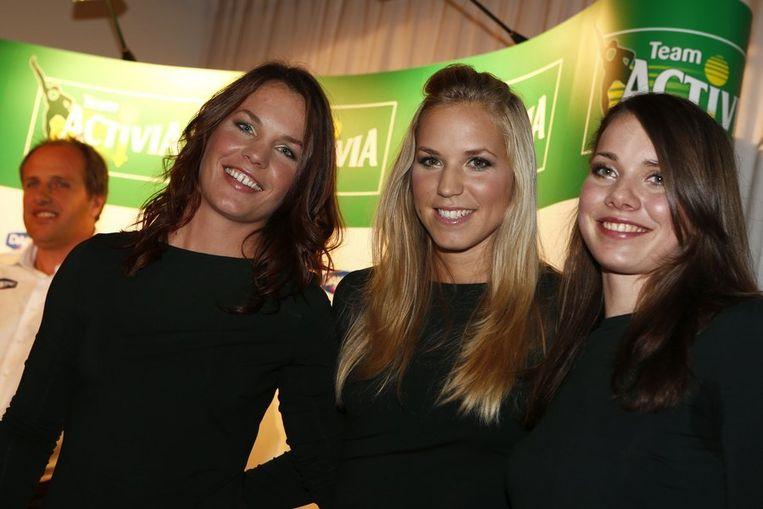 Diane Valkenburg (links), Annette Gerritsen (midden) en Laurine van Riessen tijdens de presentatie van de damesschaatsploeg Team Activia. Beeld anp
