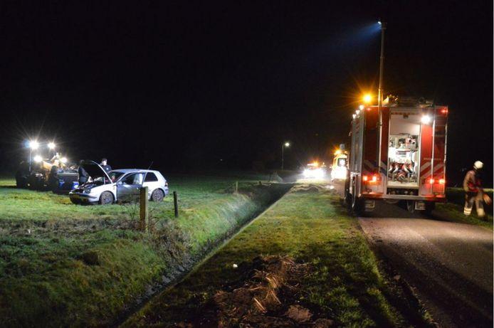 De personenauto belandde in het weiland naast de weg.