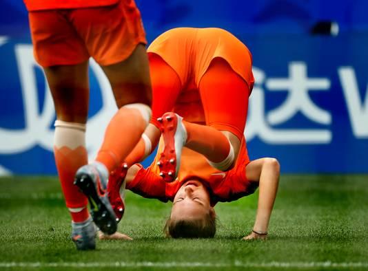 Vivianne Miedema maakt een koprol na haar tweede goal tegen Kameroen, waarmee ze all time topscorer van Oranje werd. Later zei ze dat de koprol een belofte aan haar broertje was.