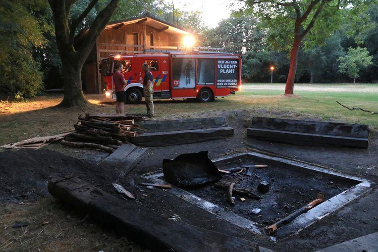 De brandweer bluste het kampvuur omwille van het risico op overslaan bij deze droogte.