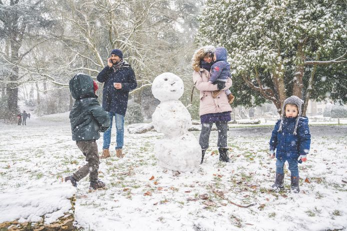 Een gròte sneeuwman, duidelijk niet alleen door de kinderen gemaakt.