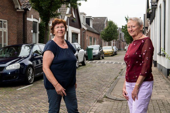 Ine Arts (links) en Liesbeth Huisman in de smalle en drukke Tollensstraat.