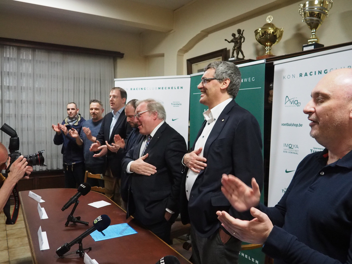 Het vernieuwde bestuur van Racing Mechelen besloot de persconferentie met het zingen van het clublied.