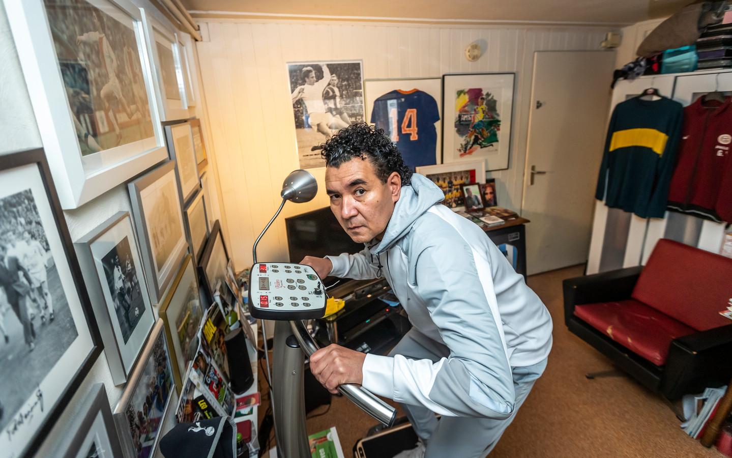 Trainer Ricardo Moniz houdt zich fit in zijn voetbalkelder om direct aan de slag te kunnen bij een nieuwe club.