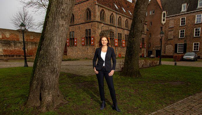 Ingrid Geveke op de plek waar ze één van haar mooiste momenten bij de gemeente Zwolle beleefde, het Broerenkerkplein. Hier was het feest tijdens het bezoek van de koninklijke familie in 2016.