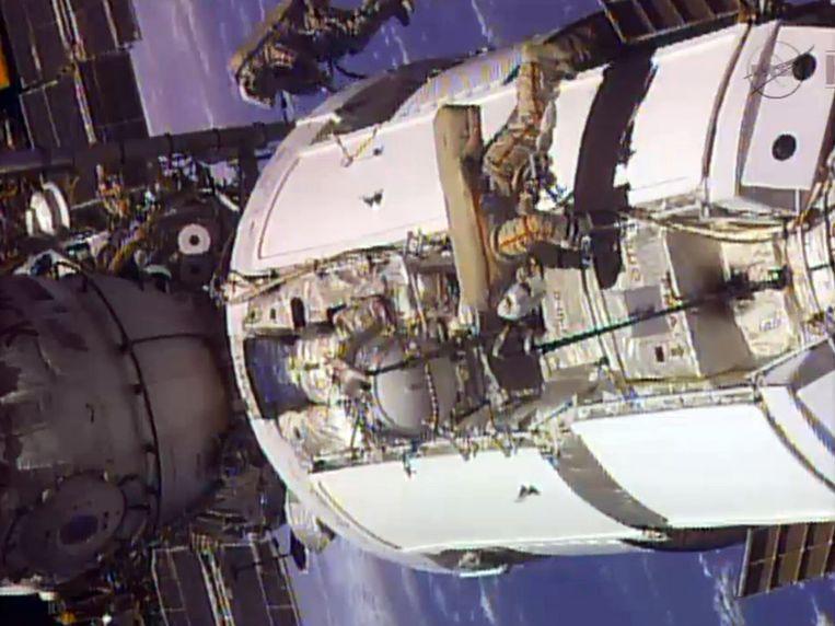 Twee bemanningsleden van het ruimtestation ISS zijn bezig met onderhoudswerkzaamheden, juni 2013. Beeld ap