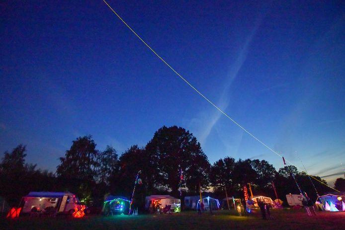 De verlichte lijn boven het vliegerfestival. Foto Dave Hendriks/fotomeulenhof