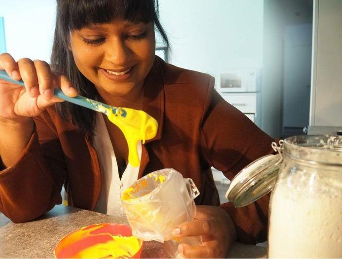 Nazrien Abdoelrahman (32) van Craftynazz maakt haar versierde koekjes nu nog vanuit huis, maar hoopt over een aantal jaar een eigen pand te hebben.
