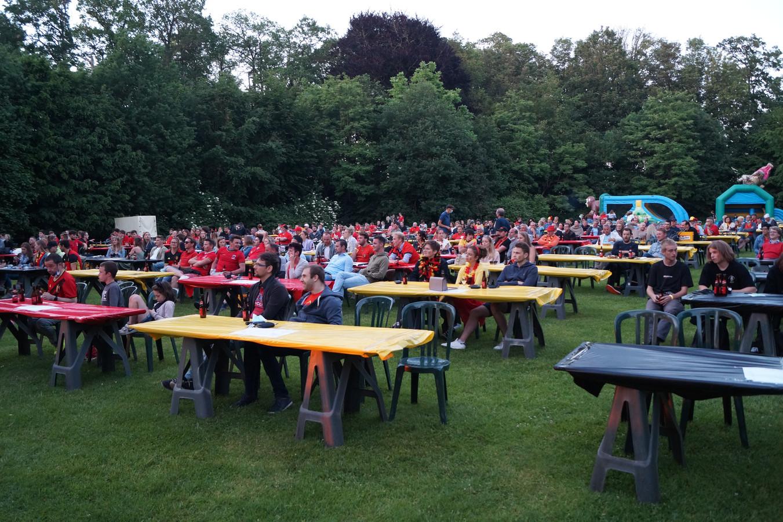 Ongeveer 350 voetbalfans verzamelden zaterdag in Zwevezele, maar ondanks dat grote aantal hield iedereen zich netjes aan de regels.