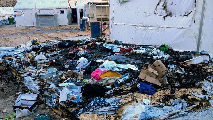 Verbrande bezittingen nadat het kamp ten prooi viel aan brandbommen