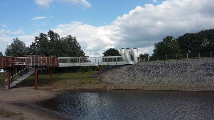 Vanaf een heuse pier is er een mooi uitzicht over de nieuwe natuur en over de Maas.