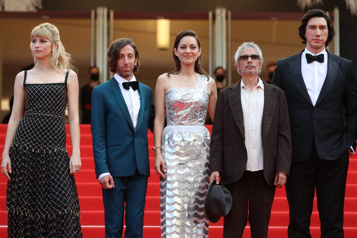 Angèle met Simon Helberg Marion Cotillard, regisseur Leos Carax en Adam Driver.