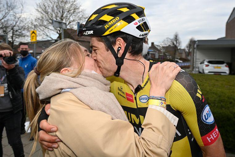 18 april 2021: felicitaties en een kus na winst in de Amstel Gold Race, na  alweer een millimeterspurt, nu tegen Tom Pidcock.  Beeld BELGA