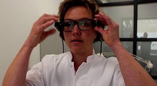 Kim Lubbers-Mellink (SKB/Santiz) met de Google Glass, waarmee medisch specialisten in Winterswijk kunnen meekijken bij patiënten thuis.