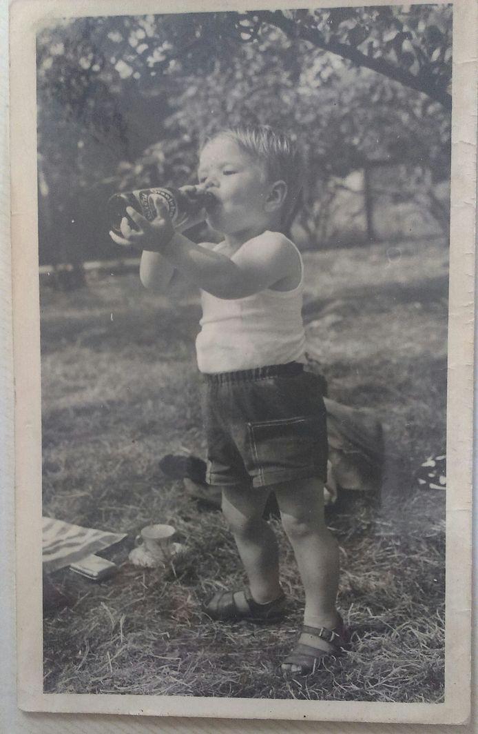 Gert van Dam drink het laatste restje bier uit een flesje.