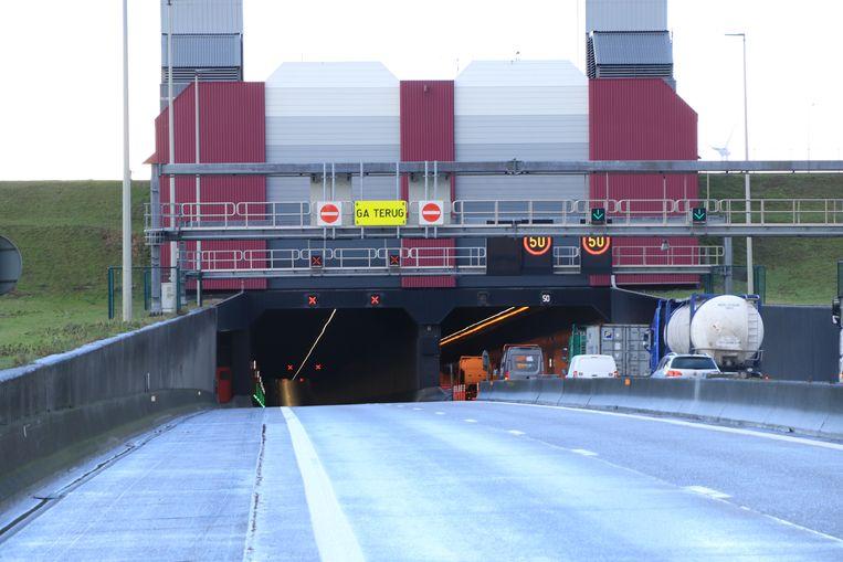 Door een geschaarde vrachtwagen in de Liefkenshoektunnel kwam er maandagmiddag geen enkel voertuig nog door.