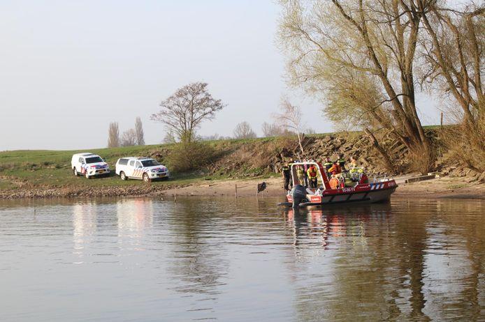 Er is woensdag een overleden persoon gevonden in de Nederrijn tussen Huissen en Duiven.