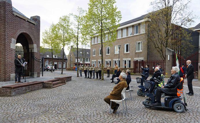 Dodenherdenking 2021 in Schijndel; de Markt is een stuk leger. Links burgemeester Kees van Rooij van Meierijstad.