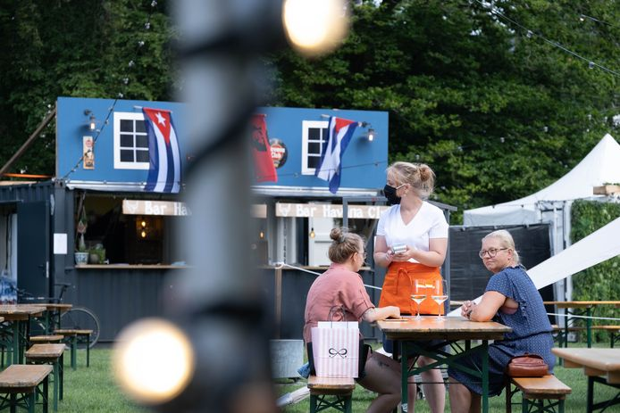 Een archiefbeeld van pop-up terrassenzone Stadshaven.