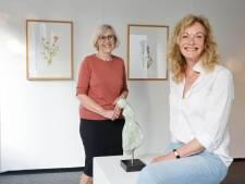 Na lockdown eerste expositie in Kunsthuis voor Ria en Ria: 'Aan een bloem of tak werk ik een maand'