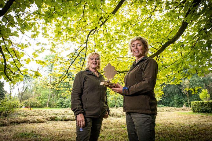Simone Damhof (links) en Ellen van den Berg kloppen bij bedrijven aan, in de hoop dat zij geld willen doneren voor de instandhouding van het Arboretum. Het miniatuurboompje is de symbolische tegenprestatie.