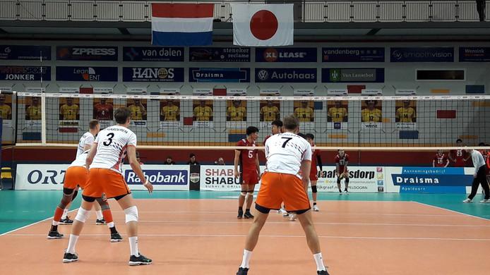 De Nederlandse volleybalmannen verslaan Japan in het laatste oefenduel voordat Oranje start aan de Golden European League.