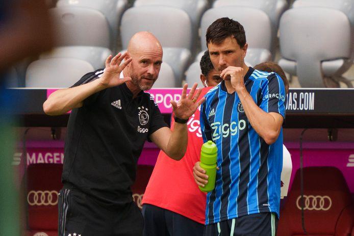 Ajax-trainer Erik ten Hag geeft Steven Berghuis aanwijzingen voor zijn debuut tegen Bayern München.